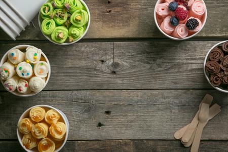 コーンカップ内の異なるロールアイスクリームの選択