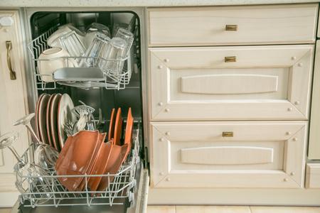 Geschirrspüler voll mit sauberen Gerichten in der Küche Hintergrund Standard-Bild - 99891503