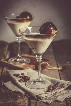 Dessert con liquore, cubetti di ghiaccio al caffè e gelato