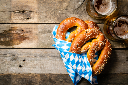 Concept Oktoberfest - bretzels et bière sur fond de bois rustique, vue de dessus