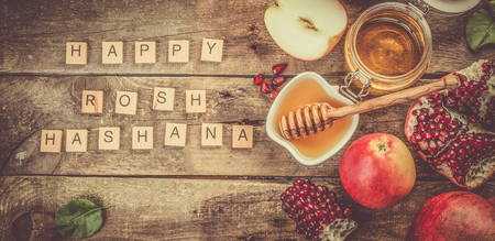 Rosh hashana jewish holiday concept - apples, honey, pomegranate 스톡 콘텐츠