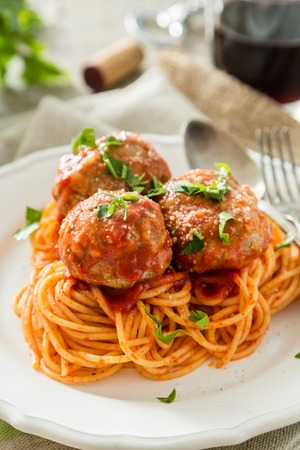 Meat balls and spaghetti on white plate, rustic wood background Фото со стока - 107060614