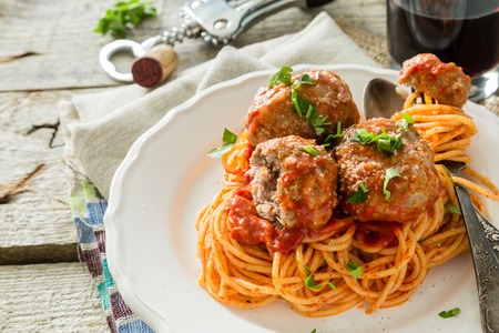 Meat balls and spaghetti on white plate, rustic wood background Фото со стока - 107060613