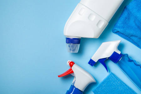 Cleaning supplies - bottles, sprays sponge on bright pastel background Banque d'images