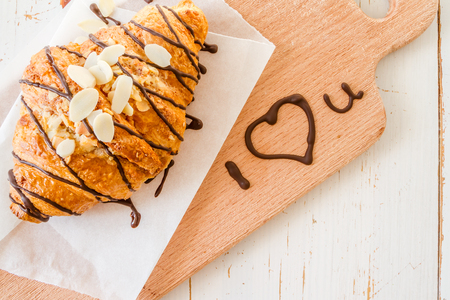 Valentines day concept - croissant with I love you text Banque d'images - 107297608