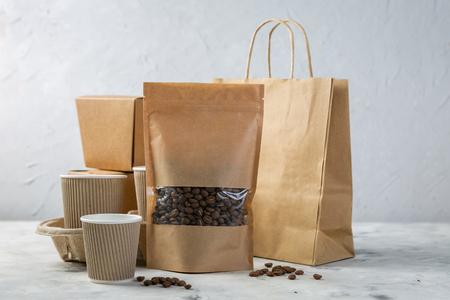 Ambachtelijke verpakking voor eten en drinken ingesteld op keuken achtergrond