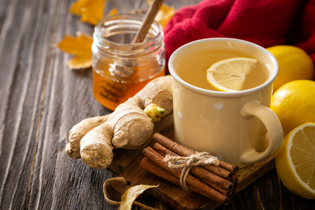 Autumn hot drink - ginger, lemon, honey tea and ingredients Stockfoto - 110276902