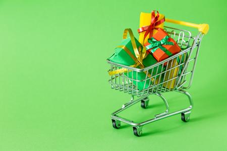Online-Shopping-Konzept - Einkaufswagen voller Geschenke