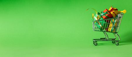 Concept d'achat en ligne - chariot plein de cadeaux