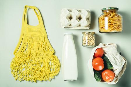 Concepto de desperdicio cero, estilo de vida sostenible: envases reutilizables de vidrio y papel para las compras de comestibles