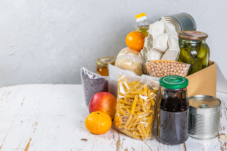 Lebensmittelspenden im Karton in der Küche
