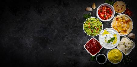 Selección de salsas en tazones blancos sobre tazones blancos