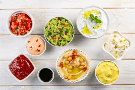 Sélection de sauces dans des bols blancs sur des bols blancs