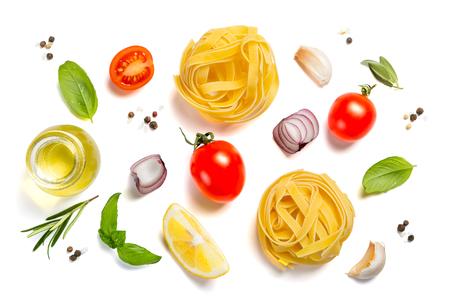 Concetto di cucina italiana - pasta cruda e ingredienti
