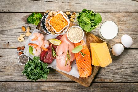 Selezione di fonti proteiche animali e vegetali su fondo in legno