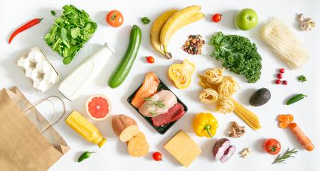 Concept d'épicerie - aliments avec panier
