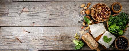 Selección de fuentes de proteínas vegetales veganas: tofu, quinua, espinaca, brócoli, chía, nueces y semillas Foto de archivo