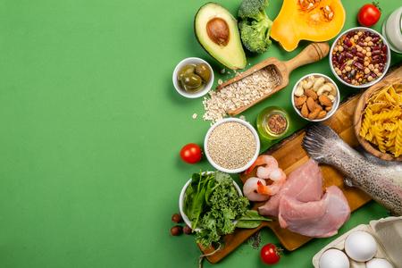 Mittelmeerdiätkonzept - Fleisch, Fisch, Obst und Gemüse and Standard-Bild