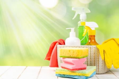 Concept de nettoyage de printemps - produits de nettoyage, gants
