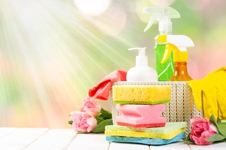Concepto de limpieza de primavera: productos de limpieza, guantes
