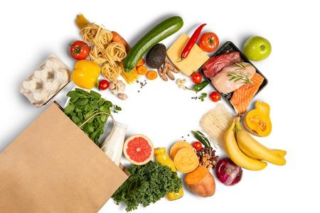Concepto de compras de abarrotes - alimentos con bolsa de compras Foto de archivo