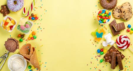 Selezione di dolci colorati - cioccolato, ciambelle, biscotti, lecca-lecca, gelato