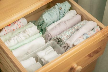 Koncepcja metody sprzątania Marie Kondo - złożone ubrania