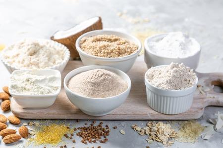Concept sans gluten - sélection de farines et d'ingrédients alternatifs, espace de copie