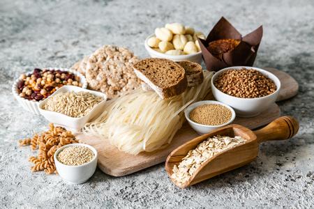 Glutenfreies Diätkonzept - Auswahl an Getreide und Kohlenhydraten für Menschen mit Glutenunverträglichkeit, Kopierraum Standard-Bild