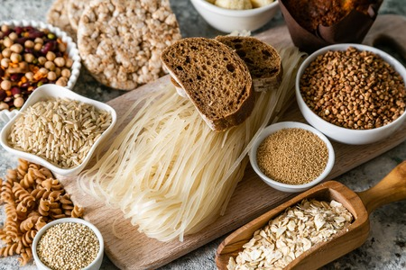 Gluten free diet concept - selection of grains and carbohydrates for people with gluten intolerance, copy space Foto de archivo