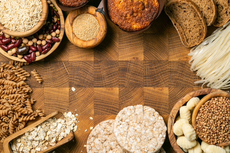 Glutenfreies Diätkonzept - Auswahl an Getreide und Kohlenhydraten für Menschen mit Glutenunverträglichkeit, Kopierraum