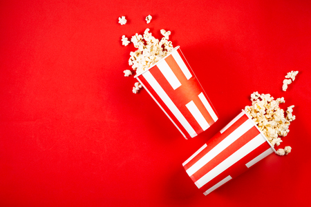 Concepto de noche de película - palomitas de maíz, vasos, rojo brillante