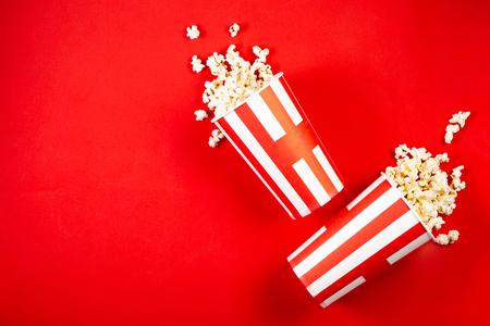 Concetto di notte del film: pop corn, bicchieri, rosso brillante