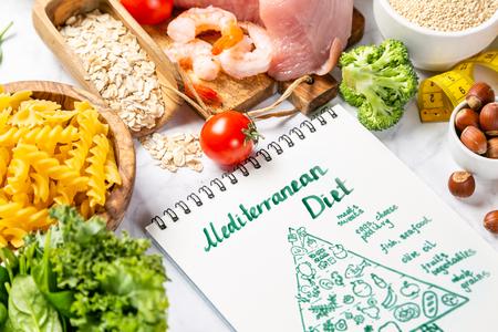 Concepto de dieta mediterránea: carne, pescado, frutas y verduras