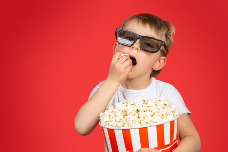 Concepto de película - niño con palomitas de maíz enormes
