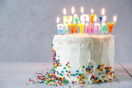 Concepto de cumpleaños colorido - pastel, velas, regalos, decoraciones Foto de archivo