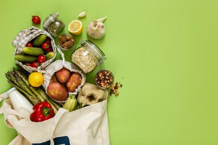 Concepto de compra cero residuos: comestibles en bolsas textiles y frascos de vidrio Foto de archivo