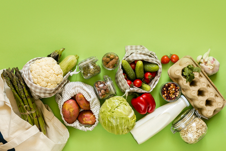 Concepto de compra cero residuos: comestibles en bolsas textiles y frascos de vidrio