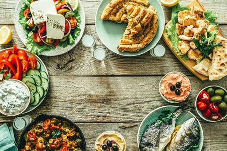 Auswahl an traditionellen griechischen Speisen Standard-Bild