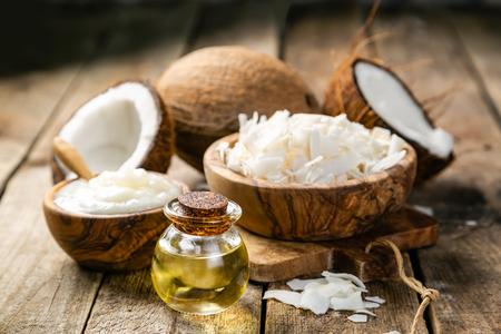 Concepto de aceite de coco MCT - cocos, mantequilla y aceite sobre madera Foto de archivo