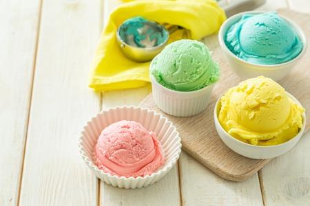 Pastel ice cream in white bowls 免版税图像 - 123097373