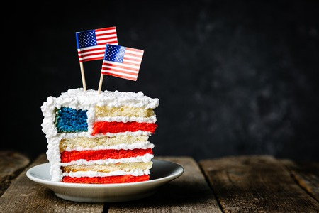 American national holidays concept - 4th of July, Memorial Day, Labour Day. Layered spounge cake in USA flag colours Banque d'images - 124397295