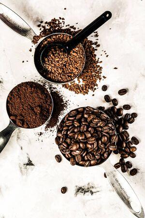 Kaffeekonzept - Bohnen, Boden, Instant, Kapseln Marmorhintergrund Draufsicht