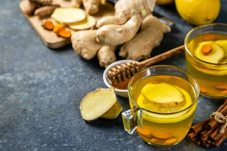 Fall immune system booster - ginger and turmeric tea and ingredients 免版税图像