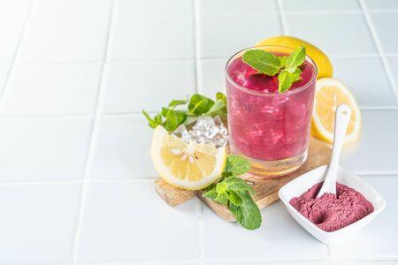 Red matcha lemonade, white background 版權商用圖片