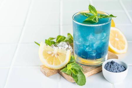 Blue matcha lemonade on white background 版權商用圖片