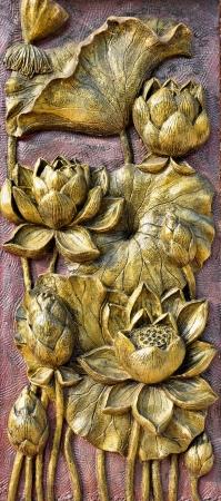 金色のロータスの彫刻