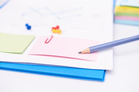 paper note: Nota de papel con el l�piz y la contabilidad Concepto financiero Foto de archivo