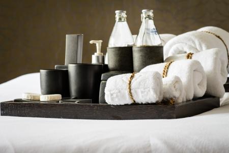 ベッドの上の浴室のアクセサリのセット 写真素材