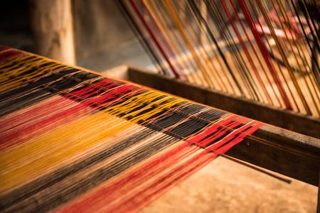 silk fabric: Seda en el telar